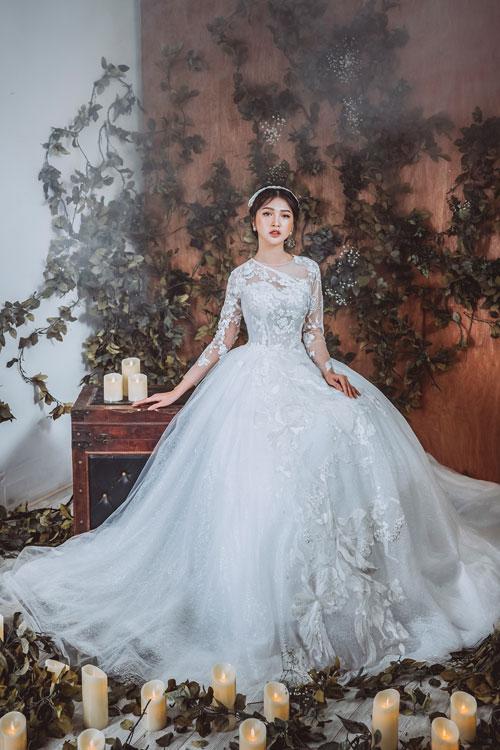 Với dáng váy xòe, tùng váy được dựng từ nhiều lớp vải chất liệu khác nhau, đan xen giữa vải lưới, vải ren hoặc lưới kim tuyến để tạo hiệu ứng 3D tinh tế.