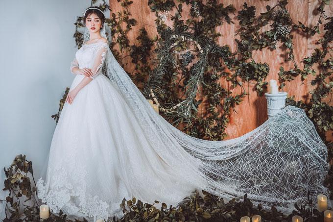 Một gợi ý cho những cô dâu hiện đại thích biến tấu phong cách ngày cưới là kết hợp cùng với khăn voan dài in họa tiết hoặc voan dệt kim tuyến bắt sáng. Cô dâu sẽ trở nên vô cùng lộng lẫy.