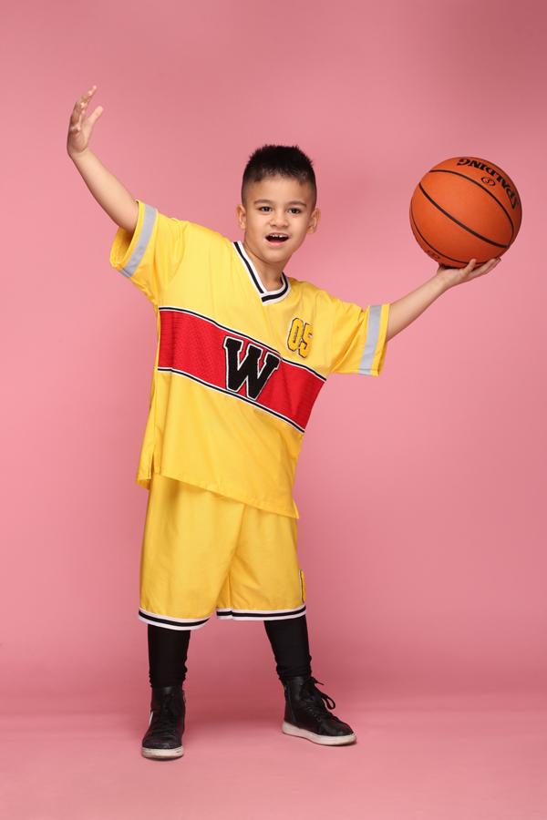 Những mẫu áo thun sắc màu nổi bật được thiết kế dựa trên phong cách chủ đạo của trang phục của các bộ môn bóng đá, bống chuyền, bóng rổ.