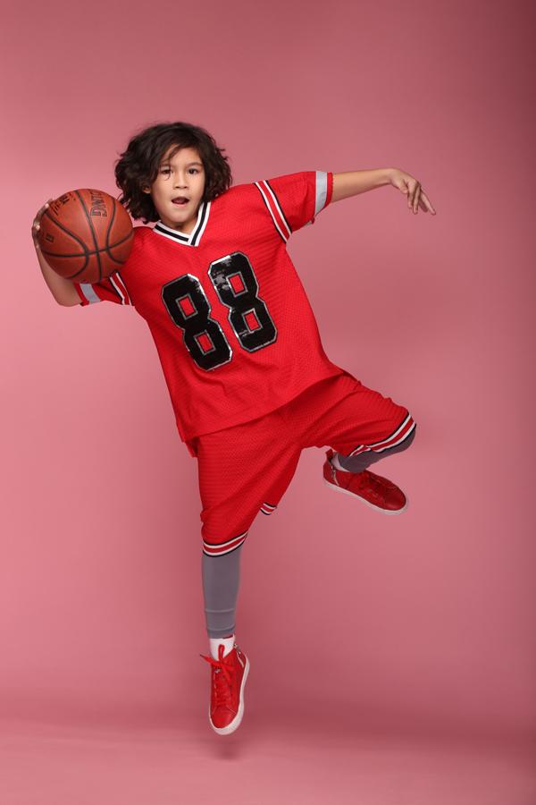 Với các bé trai tinh nghịch và yêu các hoạt động ngoài trời thì áo số là trang phục thường được các em yêu thích.