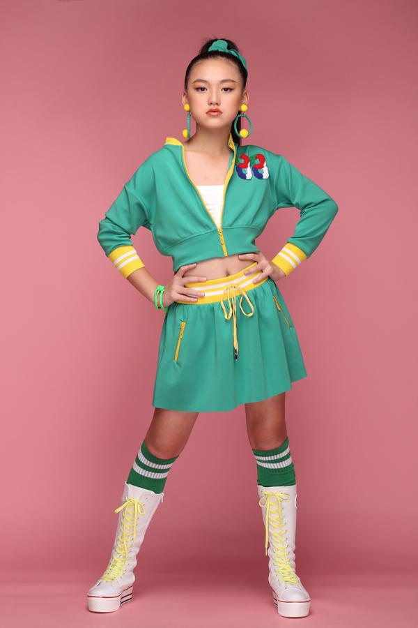 Váy áo theo phong cách sport dành cho bé gái lại được lấy ý tưởng từ những bộ đồng phục của những cô nàng trong đội cổ vũ.
