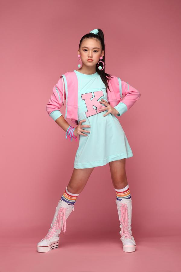 Các mẫu trang phục trở nên sống động hơn nhờ cách làm việc chuyên nghiệp và phần tạo dáng đầy tự tin của các mẫu nhí đến từ nhóm mẫu Pinkids.