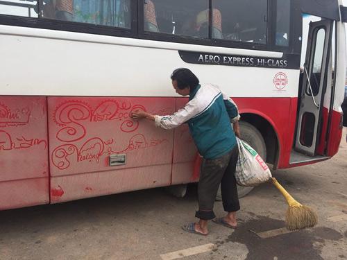 Người đàn ông vẽ bằng tay trái những lời chúc Tết trên thân xe ô tô từ bụi bẩn.
