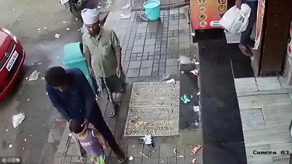 Tên bắt cóc vô tư bế bé gái đi ngay trước cửa hàng của nhà em bé.