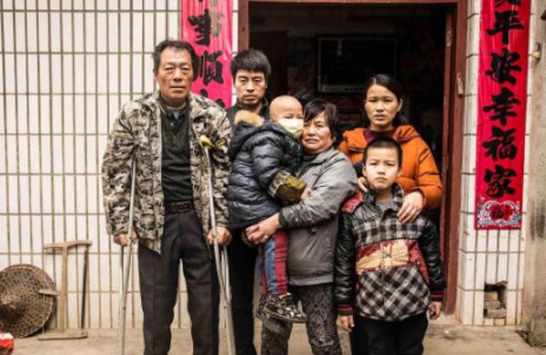 Cả gia đình Li đang sống trong nợ nần vì toàn bộ tiền đều dùng để chữa bệnh cho cậu em trai 5 tuổi. Ảnh: SCMP