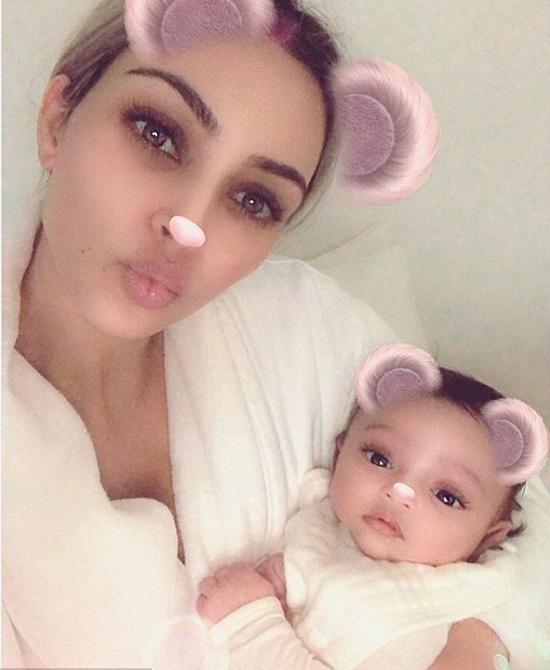 Kim lần đầu đăng ảnh con gái.