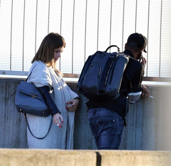 Tờ Mirror cho biết, A. Cole và bạn gái đang mang bầu con thứ hai từ Mỹ về Anh nghỉ Giáng sinh từ tuần trước và trở lại Los Angles đón năm mới cuối tuần qua. Cặp đôi đều hút thuốc tại phi trường Heathrow, London khi chuẩn bị đáp máy bay tới LAX.