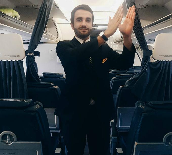 Hãng hàng không có đội ngũ nhân viên lên tới gần 3.00 người, phục vụ trên khắp các chặng bay của mình. Trong nhiều cuộc khảo sát, các nhân viênđánh giá môi trường làm việc ở TAP rất tuyệt vời và phù hợp với mình. Đặc biệt, các phi công và tiếp viên hàng không đềurất thích chụp ảnh, selfie cùng nhau. Có lẽ bởi thế, hình ảnh về các trai đẹp làm việc tại đâymới được nhiều người biết tới.