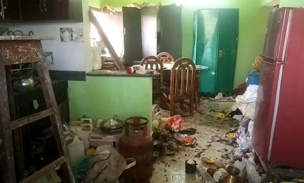 Đồ đạc trong nhà cặp vợ chồng nổ tung, lộn xộn sau vụ nổ bom. Ảnh: SWNS