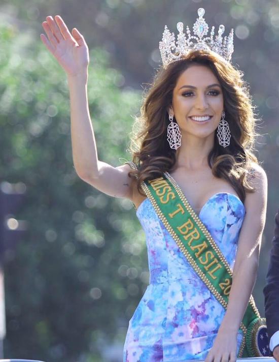 Izabele Coimbra đăng quang cuộc thi Hoa hậu chuyển giới Brazil 2017 (Miss T Brasil) vào tháng 4 năm ngoái. Cô hiện là thí sinh đại diện của xứ sở samba tại cuộc thi Hoa hậu chuyển giới Quốc tế (Miss International Queen 2018) diễn ra tại Thái Lan.