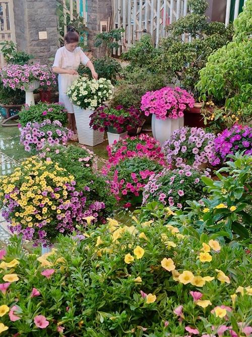 Mỗi ngày, bà mẹ hai con ởĐắk Lắk dành một giờ vào buổi chiều để chăm sóc vườn hoa. Chị vừa làm, vừa thích thú ngắm nhìn những bông hoa đủ màu sắc trong góc sân 60 m2.