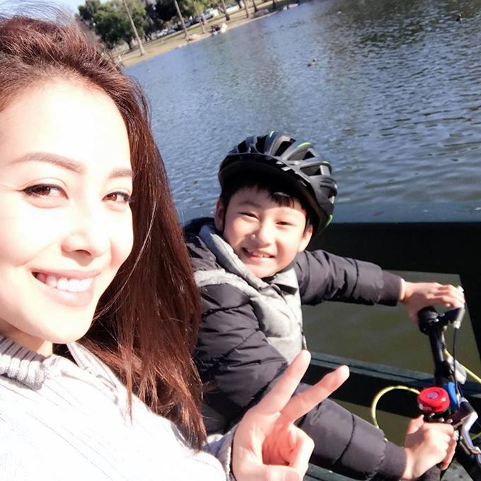 Jennifer Phạm gọi con trai lớn là tình yêu bé nhỏ, hai mẹ con có ngày nghỉ bên nhau, tham gia nhiều hoạt động ngoài trời.