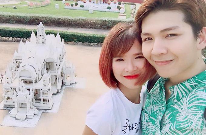 Khởi My và Kelvin Khánh hạnh phúc trong chuyến xuất hành đầu năm. Hai người ghé thăm công viên với nhiều kỳ quan thế giới thu nhỏ.