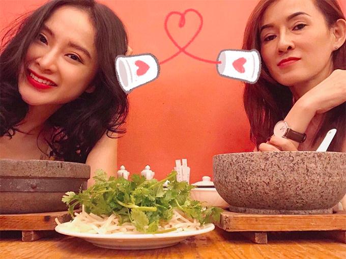 Angela Phương Trinh thường xuyên đưa mẹ đi chơi, xem phim và ăn uống. Mẹ nữ diễn viên có phong cách trẻ trung, hiện đại không kém 2 con gái.