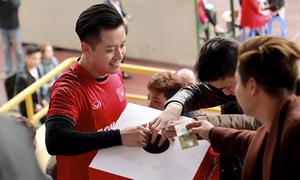 Tuấn Hưng, Việt Anh đá bóng quyên tiền giúp mẹ thủ môn U23 Việt Nam chữa ung thư