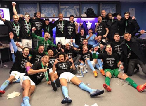 Các học trò của HLV Guardiola mừng chiến thắng trong phòng thay đồ hôm 25/2.