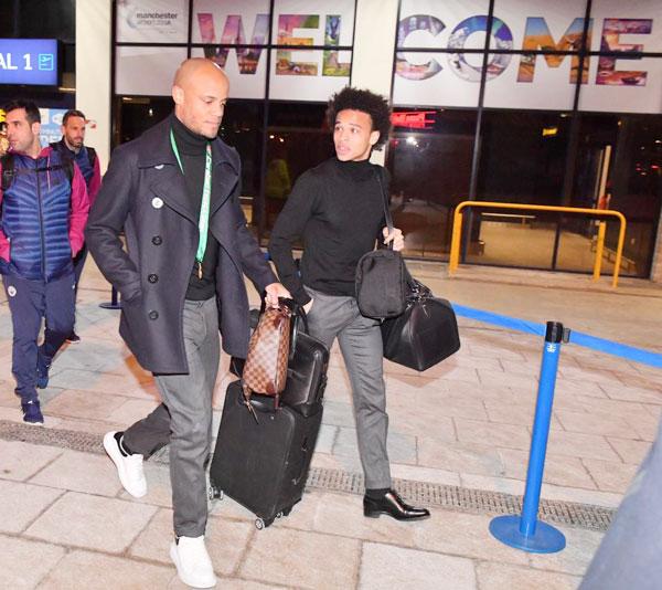 Đội trưởng Vincent Kompany vẫn còn đeo huy chương khi xuống sân bay. Ngôi sao người Bỉ vắng mặt suốt 130 trận đấu của Man City vì chấn thương, trở lại với một bàn thắng trong trận chung kết.