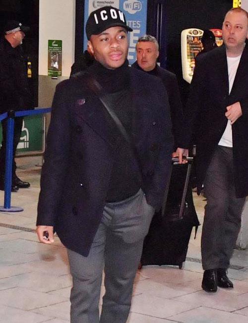 Raheem Sterling và các đồng đội mặc đồng phục áo cao cổ bên trong, khoác áo dạ bên ngoài trông như mật vụ khi xuống sân bay.