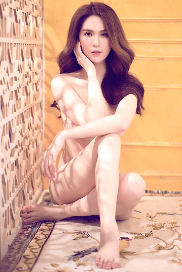 Sau khi đăng lại ảnh nude đen trắng chụp từ năm 2015, Ngọc Trinh được nhiều người khen vóc dáng lý tưởng. Cô quyết định làm thêm một bộ ảnh mới, lưulại vẻ đẹp thời thanh xuân, trước khi bước vàotuổi 30.