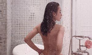 Angela Phương Trinh khoe ảnh bán nude trong phòng tắm với vòng 3 cỡ bự