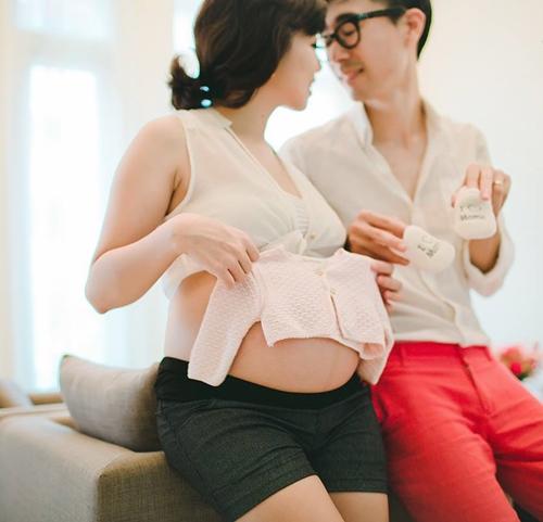 Chị Khánh Linh, 34 tuổi, quen ông xã người Hàn năm 2008,khi du học tại Pháp. Sau khi kết hôn, vợ chồng chịchọn Hà Nội là nơi sinh sống và lập nghiệp. Tổ ấm nhỏ của cặp chồng Hàn, vợ Việt lần lượt đón các thành viên nhỏ là Mina và Kim Min.