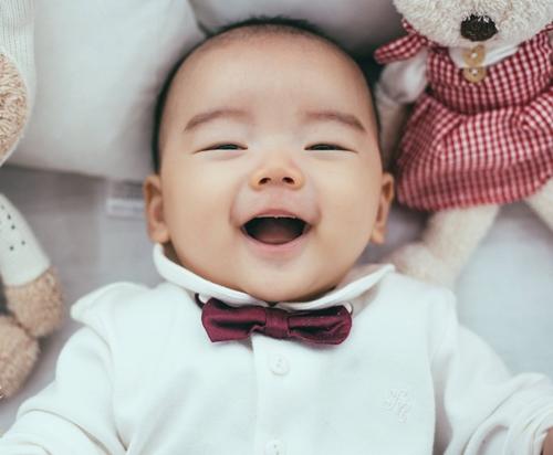 Nụ cười trong sáng của con trai chị Khánh Linh trong cuốn nhật ký bằng ảnh.