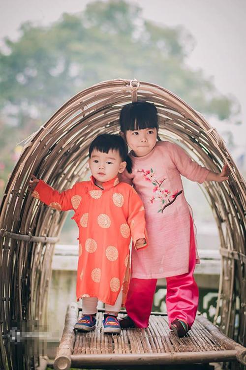 Dịp Tết này, Mina tròn ba tuổi, Kim Min 1,5 tuổi. Vợ chồng chị Linh đưa con đi chụp ảnh
