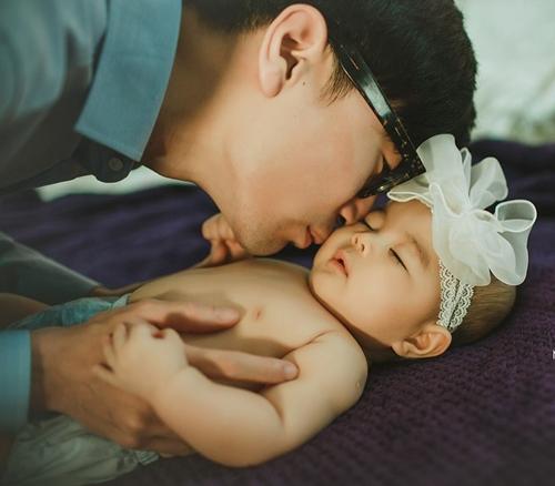Lúc mang bầu Mina, chị Khánh Linh nhận được lời đề nghị từ người bạn về việcchụp bộ ảnh gia đình từ khi con gái còn trong bụng tới lúc bé tròn 18 tuổi. Thấy ý tưởng thú vị, chị cùng ông xã nhanh chóng nhận lời.