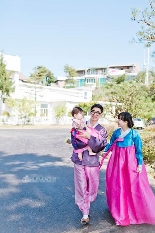 Ảnh chụp trong tiệc sinh nhật Mina được tổ chức tại Hàn Quốc. Bé diện trang phục truyền thống của xứ sở kim chi, tạo dáng cùng bố mẹ.
