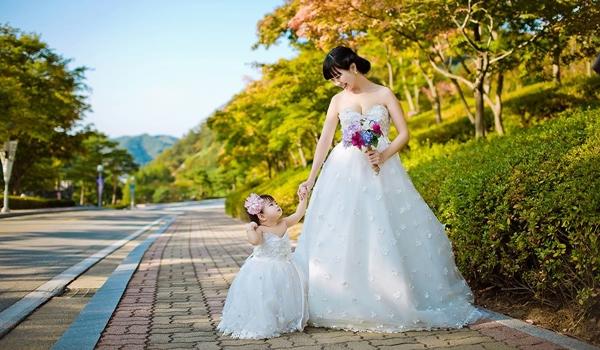 Hai mẹ con xúng xính trong chiếc váy cưới trắng tinh khôi.