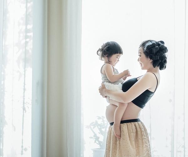 Mina đã quen dần với việc chụp ảnh mỗi tháng. Bé tạo dáng tự nhiên hơn, cười tươi suốt buổi chụp.