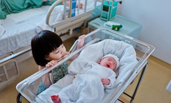 Mina rất yêu em. Bé ngắm nhìn Kim Min không rời từ lúc được bác sĩ cho phép vào thăm mẹ.