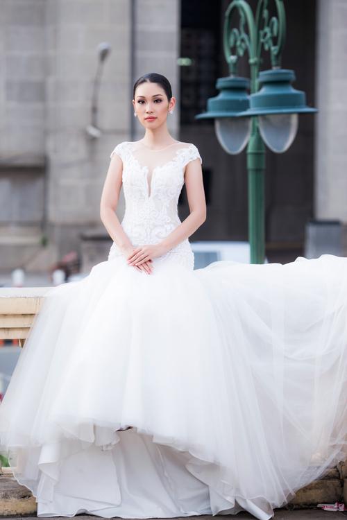 Váy cưới đuôi cá được biến tầu với phần chân bồng bềnh tạo nên từ vô số lớp vải voan, ren.