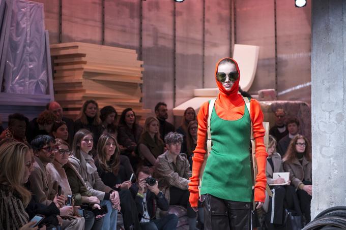 Nhà mốt Italy bài trí sàn catwalk như kho phế liệu