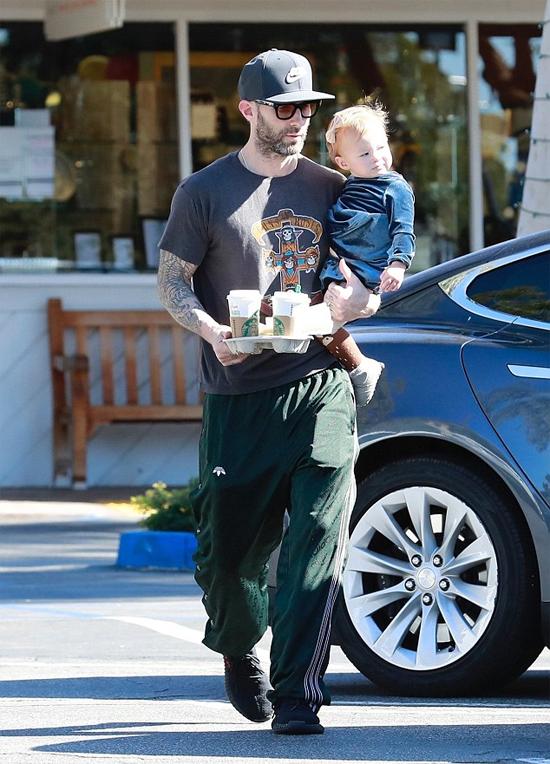 Adam Levine bế con gái Rose đi chơi và mua cafe về cho vợ hôm 24/2.