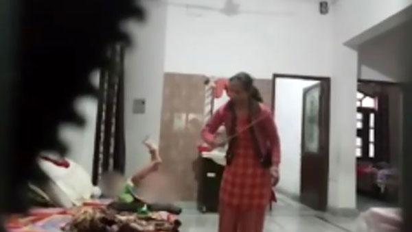 Bé gái bị giúp việc dùng roi đánh.