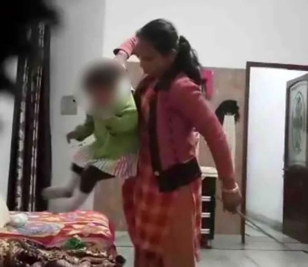 Cô này còn túm áo em bé, xốc lên rồi quăng xuống vì tội mất trật tự.