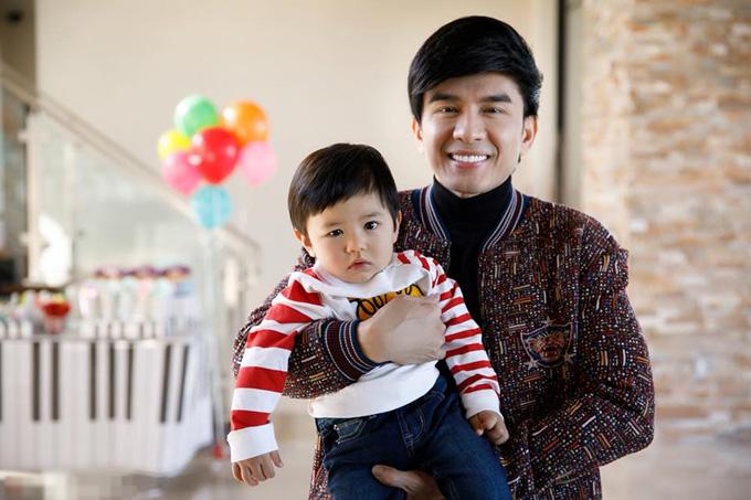 Trong dịp con trai đầu lòng tròn 1 tuổi, anh Bo còn đặt hàng nhạc sĩ Lương Bằng Quang viết ca khúc Con yêu của ba để dành tặng cho cậu bé.
