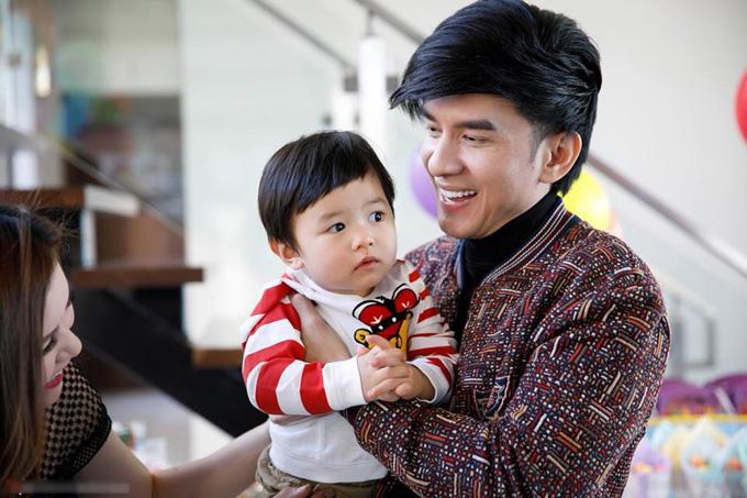 Vì công việc ca hát, anh thường xuyên phải đi lưu diễn nên ít có thời gian ở bên con trai. Mỗi khi sắp xếp được lịch làm việc, anh đều bay sang Mỹ để đoàn tụ với vợ con.