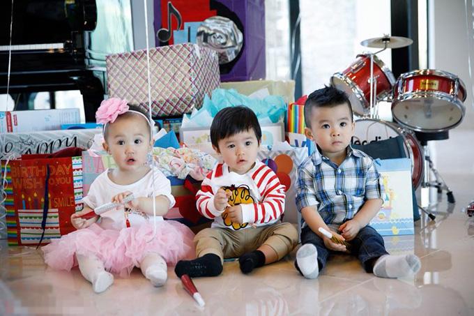 Trong tiệc sinh nhật, cậu bé nhận được rất nhiều món quàcủa họ hàng nhà ngoại.