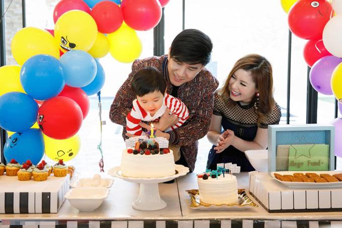 Cậu nhóc Thiên Từ được bố ôm trọn trong vòng tay khi thổi nến sinh nhật.