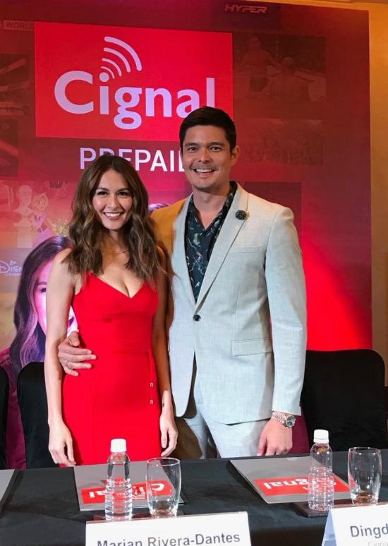 Chồng mỹ nhânđẹp nhất Philippines không ngừngâu yếm vợ tại buổi họp báo
