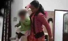 Camera phát giác người giúp việc đánh đập bé gái tuổi rưỡi