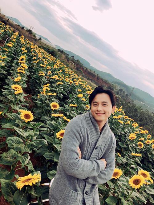 Thầy giáo điển trai Mai Tài Phến check in tại một trong những khu vườn hoa hướng dương nổi tiếng nhất ở xứ sở hoa Đà Lạt.