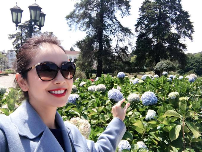 Cũng tới nghỉ dưỡng ở Đà Lạt, Jennifer Phạm cùng gia đình lựa chọn một resort với những tòa biệt thự cổ, xen kẽ là vườn hoa cẩm tú cầu khoe sắc và có view nhìn xuống hồ Tuyền Lâm lãng mạn.