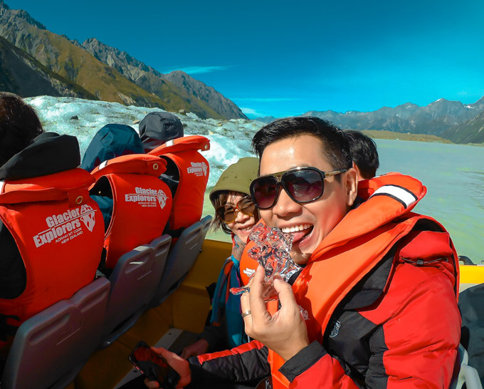 Giống như các năm trước, năm nay, Nguyên Khang tạm  gác công việc để đưa mẹ đi du lịch. Năm nay, hai mẹ con tới New Zealand và tham gia nhiều trò chơi thám hiểm. Tại núi Mount Cook nổi tiếng, anh và mẹ tham gia tour đi thuyền trên hồ băng, nếm thử vị lạnh của viên băng hơn 500 tuổi. Hồ băng này được tạo thành từ lớp tuyết tan rên núi Mount Cook, do đó nước trong hồ rất lạnh và không có cá.