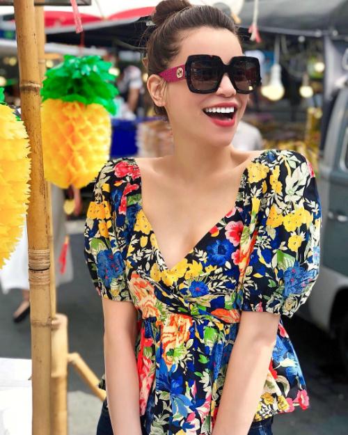 Ngay trong những ngày đầu tiên của năm Mậu Tuất, Hồ Ngọc Hà đã khoe ảnh check in ở Bangkok (Thái Lan) cùng người em thân thiết là nhà thiết kế Lý Quí Khánh. Ngoài những bức ảnh thời trang, người đẹp cũng chia sẻ hình ảnh xuống phố đi dạo, thưởng thức quà vặt đường phố.