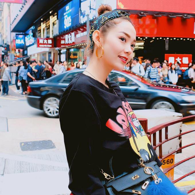 Minh Hằng lựa chọn Hong Kong làm nơi xuất hành trong năm mới. Bé Heo tranh thủ đi mua sắm, đi dạo trên đường phố và ngắm cảnh sông nước ở Đại lộ Ngôi sao và bến cảng Victoria nổi tiếng, trước khi trở về nhà bắt đầu lịch làm việc của năm mới.