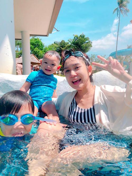 Năm nay, khi cả 4 nhóc tì đã lớn hơn và có thể đồng hành với bố mẹ, Lý Hải - Minh Hà đã cho cả team rồng rắn tới thành phố Phuket (Thái Lan) để nghỉ dưỡng đầu năm. Thời tiết hiện tại ở Thái Lan được xem là lý tưởng nhất trong năm để du lịch. Hai vợ chồng không quên đưa các con tới vui chơi ở công viên Splash Jungle Water Park Phuket.