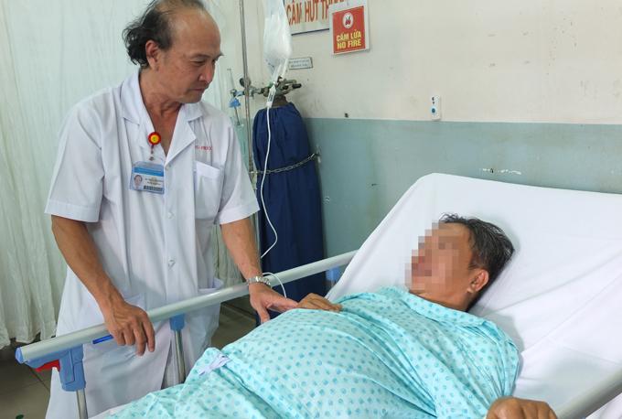 Một bệnh nhân viêm tụy sau uống rượu đang được điều trị tại Bệnh viện Bình Dân. Ảnh: T.T.N